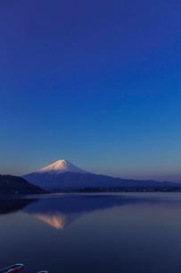 早朝の河口湖と富士山の写真素材 [FYI02597511]