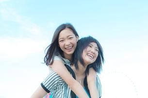 楽しそうに笑う女性2人の写真素材 [FYI02597528]