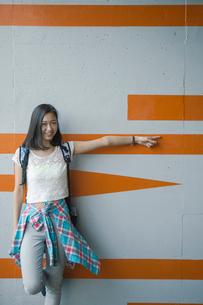 ポーズをとる笑顔の女性の写真素材 [FYI02597562]