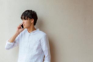 スマートフォンで話す男性の写真素材 [FYI02597563]