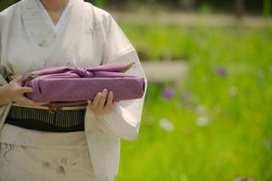 風呂敷包みを持つ着物姿の女性の写真素材 [FYI02597571]