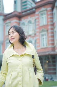 東京駅前に立つシニア女性の写真素材 [FYI02597625]