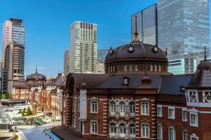 東京駅丸の内駅舎と高層ビルの写真素材 [FYI02597743]