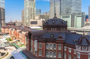 東京駅丸の内駅舎と高層ビルの写真素材 [FYI02597754]