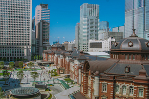 東京駅丸の内駅舎と高層ビルの写真素材 [FYI02598333]