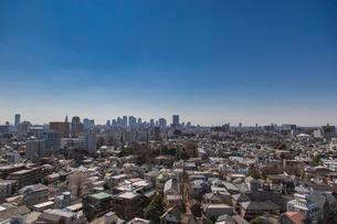 新宿副都心の高層ビル群と家並みの写真素材 [FYI02598353]