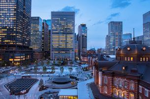 東京駅丸の内駅舎と駅前広場の夕景の写真素材 [FYI02598365]