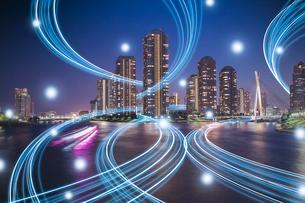 東京の高層ビル群と光のネットワーク 合成の写真素材 [FYI02598384]