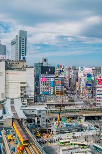 渋谷駅周辺の工事現場と銀座線の写真素材 [FYI02598407]