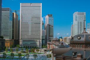 東京駅丸の内駅舎と高層ビルの写真素材 [FYI02598516]