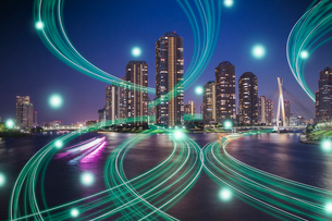 東京の高層ビル群と光のネットワーク 合成の写真素材 [FYI02598588]