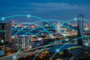 東京の街並みと光のネットワーク 合成の写真素材 [FYI02598631]