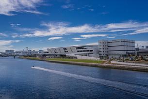 建設中の豊洲市場7街区と東雲運河の写真素材 [FYI02598717]