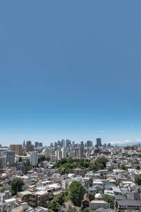 新宿副都心高層ビル群と住宅の街並みの写真素材 [FYI02598754]