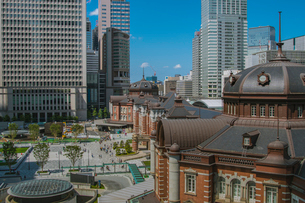 東京駅丸の内駅舎と高層ビルの写真素材 [FYI02598759]