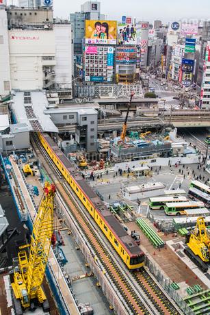 渋谷駅周辺の工事現場と銀座線の写真素材 [FYI02598762]