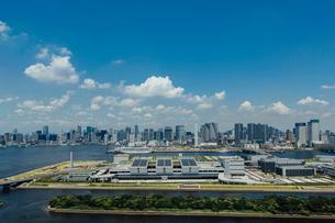豊洲市場と晴海方面のビル群と青空の写真素材 [FYI02598783]