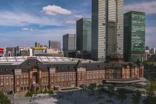 東京駅丸の内駅舎と高層ビルの写真素材 [FYI02598807]