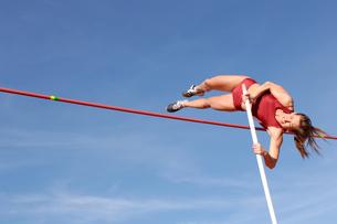 Female athlete pole vaultingの写真素材 [FYI02598854]