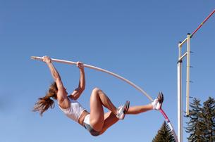 Female athlete pole vaultingの写真素材 [FYI02598860]