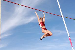 Female athlete pole vaultingの写真素材 [FYI02598888]