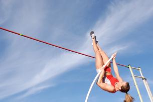 Female athlete pole vaultingの写真素材 [FYI02598899]