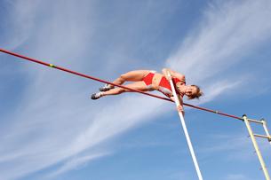 Female athlete pole vaultingの写真素材 [FYI02598910]