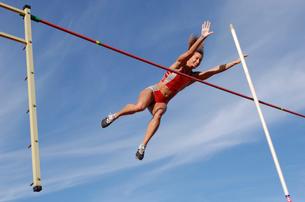 Female athlete pole vaultingの写真素材 [FYI02598941]