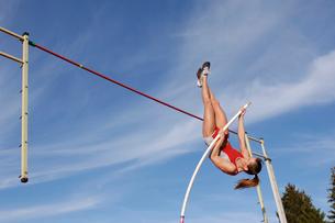 Female athlete pole vaultingの写真素材 [FYI02598964]