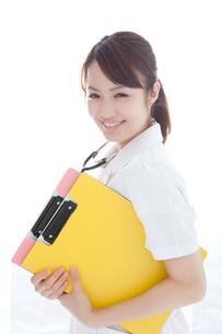 カルテを持つ看護師の写真素材 [FYI02599074]
