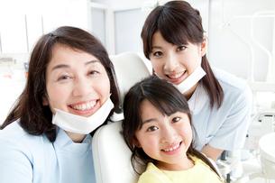 笑顔の歯科医と女の子の写真素材 [FYI02599175]