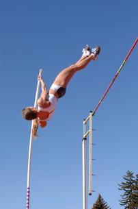 Female athlete pole vaultingの写真素材 [FYI02599347]