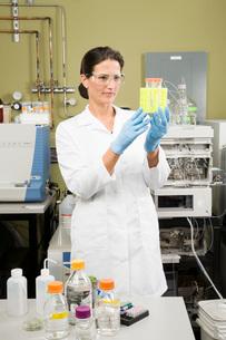 scientist examining vialsの写真素材 [FYI02599641]