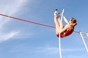 Female athlete pole vaultingの写真素材 [FYI02599662]