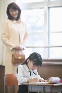 授業参観の親子の写真素材 [FYI02600458]