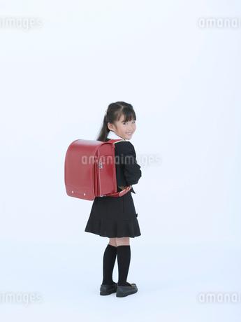 ランドセルを背負った女の子の写真素材 [FYI02600543]