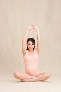 ヨガをする妊婦の写真素材 [FYI02601249]