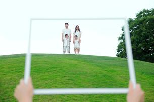 額縁の中の家族の写真素材 [FYI02602374]