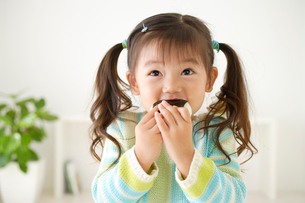 おにぎりを食べる女の子の写真素材 [FYI02602539]