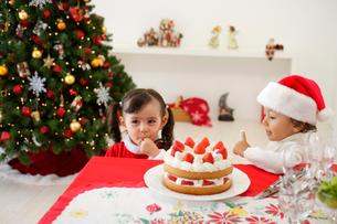 クリスマスケーキを食べる子供の写真素材 [FYI02602947]