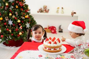 クリスマスケーキを食べる子供の写真素材 [FYI02603110]