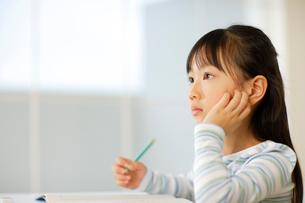勉強をする小学生の女の子の写真素材 [FYI02603260]