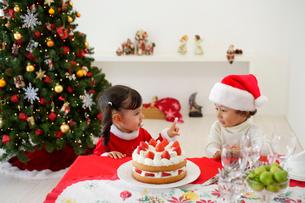 クリスマスケーキを食べる子供の写真素材 [FYI02603333]