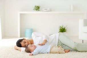 眠る赤ちゃんと添い寝するお母さんの写真素材 [FYI02603683]