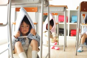 避難訓練をする小学生の子供達の写真素材 [FYI02604218]
