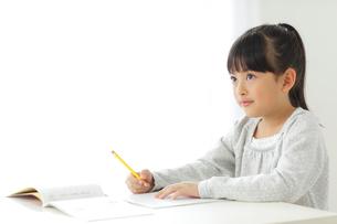 勉強をする小学生の女の子の写真素材 [FYI02604331]