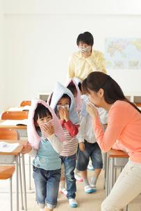 避難訓練をする小学生と先生の写真素材 [FYI02604349]