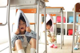 避難訓練をする小学生の子供達の写真素材 [FYI02604362]
