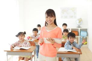 低学年のクラスを持つ先生の写真素材 [FYI02604435]