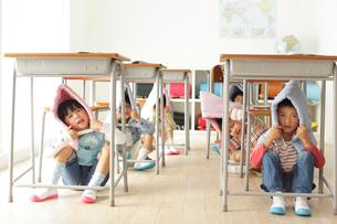 避難訓練をする小学生の子供達の写真素材 [FYI02604457]
